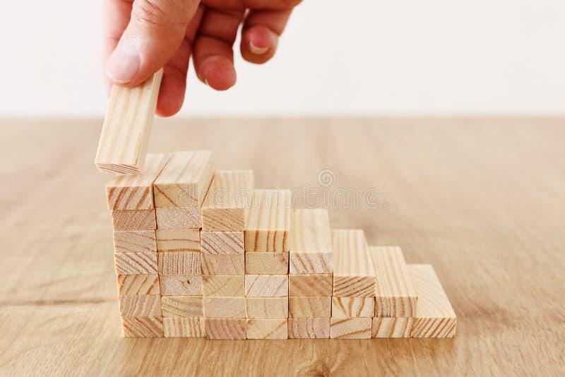Imagen del negocio de arreglar los bloques de madera que apilan como escaleras del paso Concepto del ?xito y del desarrollo imagen de archivo libre de regalías