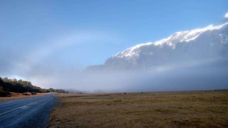 Imagen del paisaje de la naturaleza del campo de la montaña de la nieve y de hierba verde en el valle de Eglinton, Te Anau, Nueva fotografía de archivo