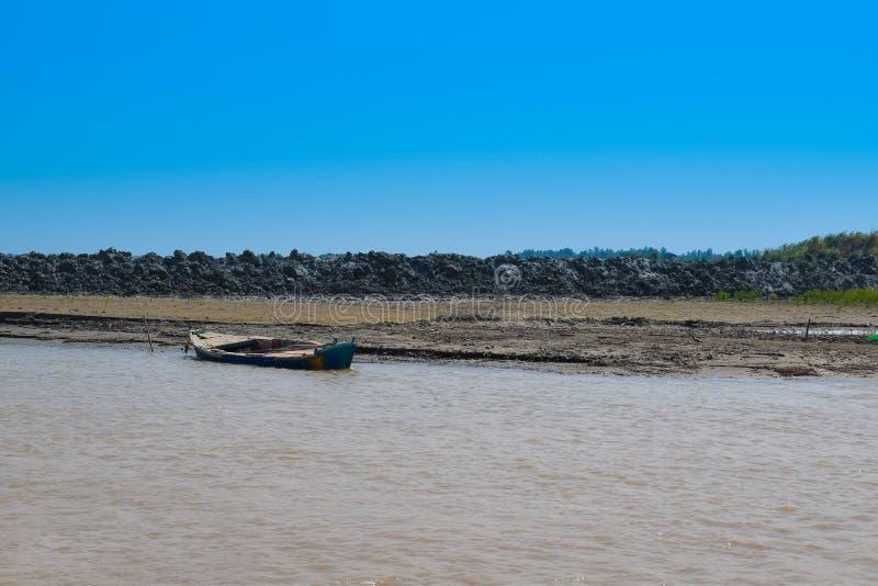 Imagen del paisaje de un barco en el río indus foto de archivo