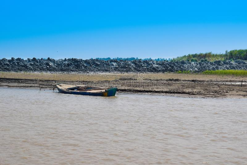 Imagen del paisaje de un barco en el río indus fotografía de archivo libre de regalías