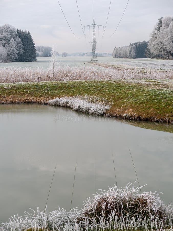 Imagen del paisaje del invierno con las líneas eléctricas imagen de archivo