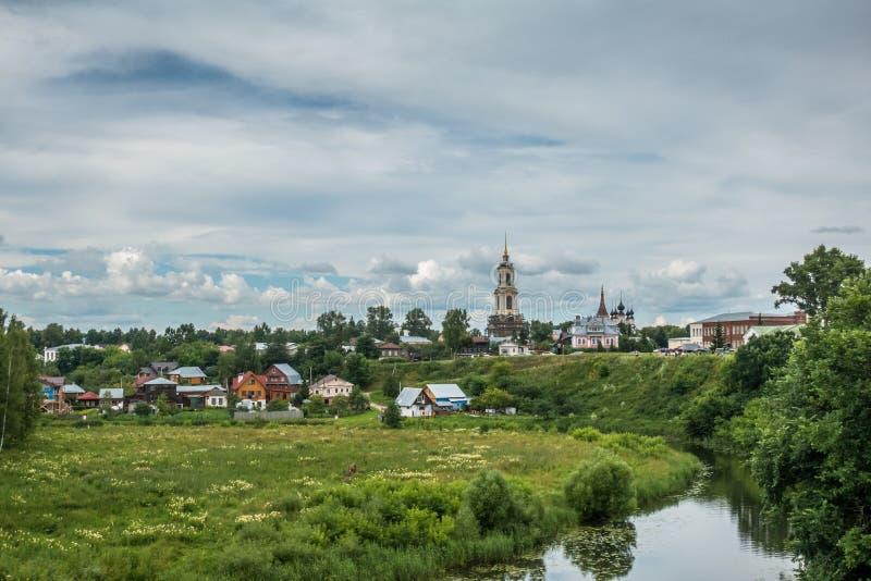 Imagen del paisaje pintoresco, casas de madera, iglesia imagen de archivo libre de regalías