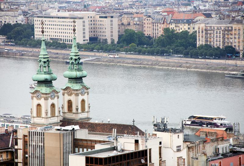 Imagen del paisaje urbano de Budapest en verano Parte de ambos bancos del río Danubio, el edificio húngaro del parlamento en fond imagenes de archivo