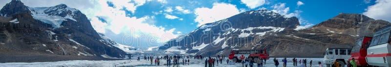 Imagen del panorama con la gente en una montaña fotos de archivo