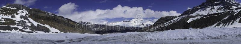 imagen del panorama de las montañas nevosas fotos de archivo