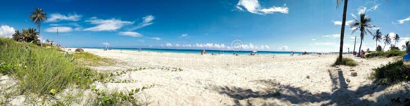 imagen del panorama de una playa en verano imágenes de archivo libres de regalías