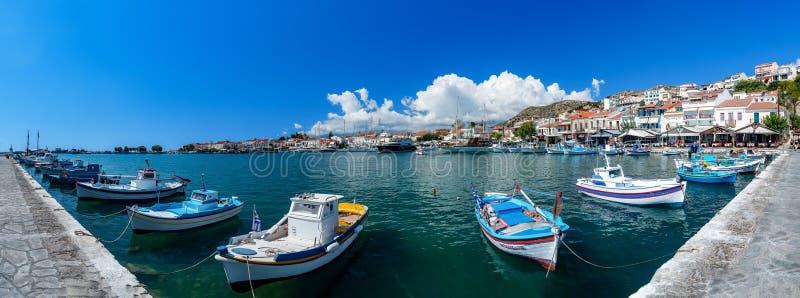 Imagen del panorama del puerto con los barcos de pesca en la ciudad de Samos fotografía de archivo libre de regalías