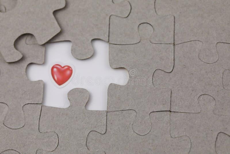 Imagen del pedazo del rompecabezas con amor rojo El negocio, monta imagen de archivo