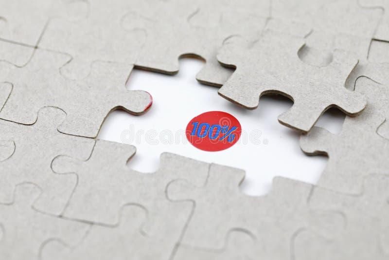Imagen del pedazo del rompecabezas con el ciento por ciento El negocio, monta foto de archivo