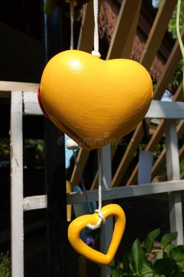 Imagen del primer de la ejecución móvil del corazón amarillo imagen de archivo libre de regalías