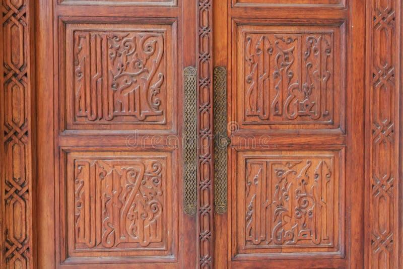 Imagen del primer de la puerta de madera antigua fotos de archivo