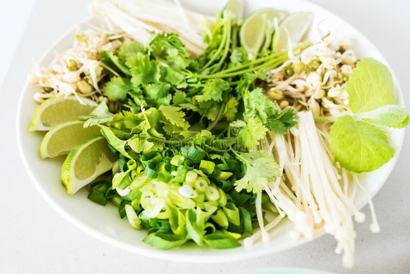 Imagen del primer de los ingredientes de Pho BO en un pote fotos de archivo