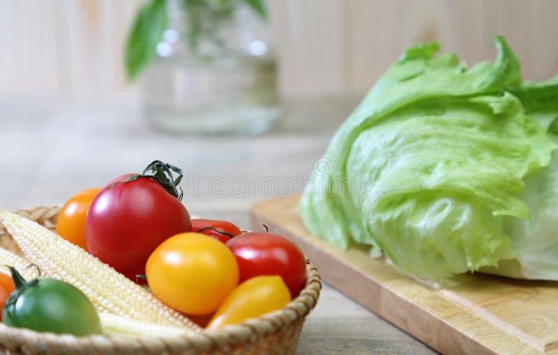 Imagen del primer de los tomates de la uva en una cesta fotografía de archivo