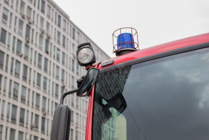 Imagen del primer de luces y de sirenas azules en un coche de bomberos fotografía de archivo