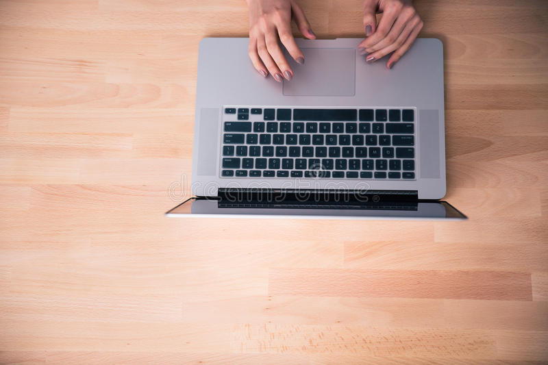 Imagen del primer de manos femeninas usando el ordenador portátil imagen de archivo libre de regalías