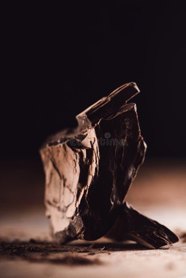 imagen del primer de pedazos aranged de chocolate oscuro en la tabla de madera fotografía de archivo