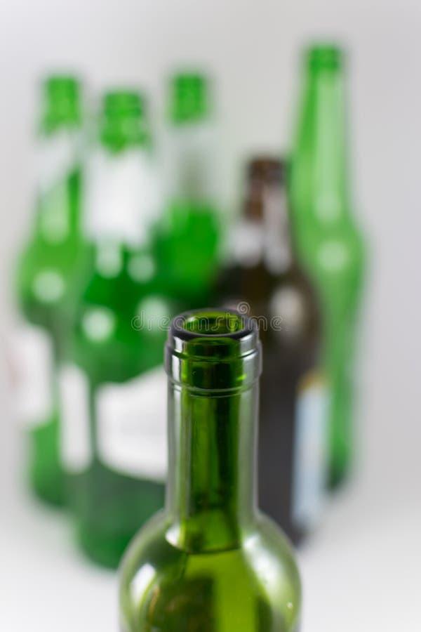 Imagen del primer de un embotellamiento de la botella de copa de vino verde sin etiqueta con varios cerveza y verde y marrón del  foto de archivo