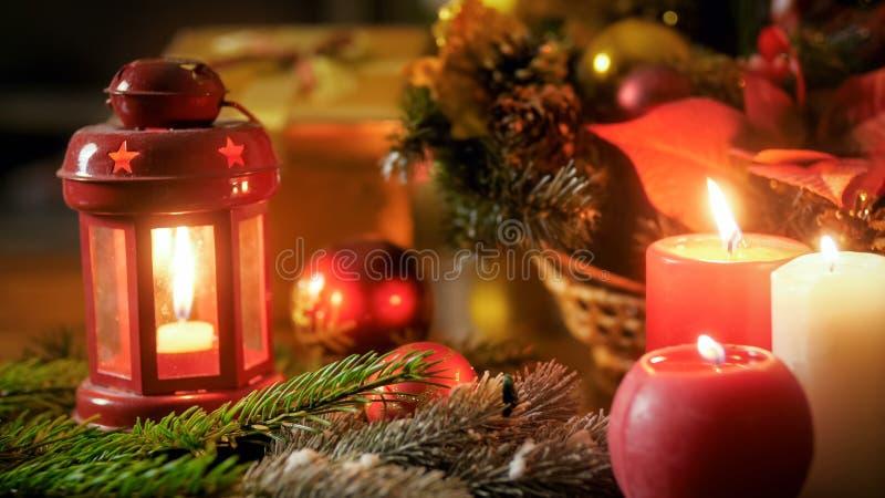 Imagen del primer de velas y de la linterna ardientes el Nochebuena imagen de archivo libre de regalías