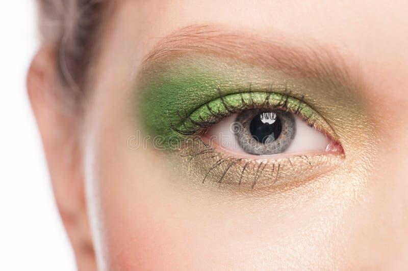 Ojo de la mujer con maquillaje verde fotografía de archivo