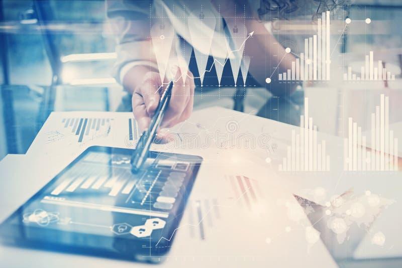 Imagen del proceso de trabajo Proyecto global del trabajo del director de las finanzas nuevo en oficina mundial del banco Usando  imagen de archivo