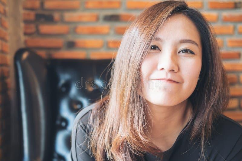 Imagen del retrato del primer de la mujer asiática hermosa con la cara sonriente y de sentirse bien fotografía de archivo libre de regalías