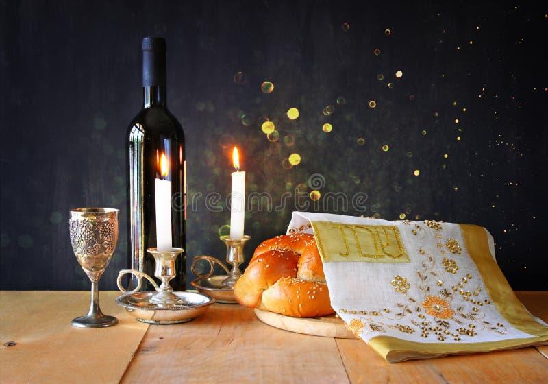 Imagen del Sabat pan y candelas del jalá en la tabla de madera fotografía de archivo