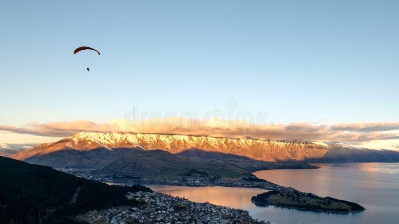 Imagen del viaje del paraglide sobre Queenstown, Nueva Zelanda imagen de archivo libre de regalías