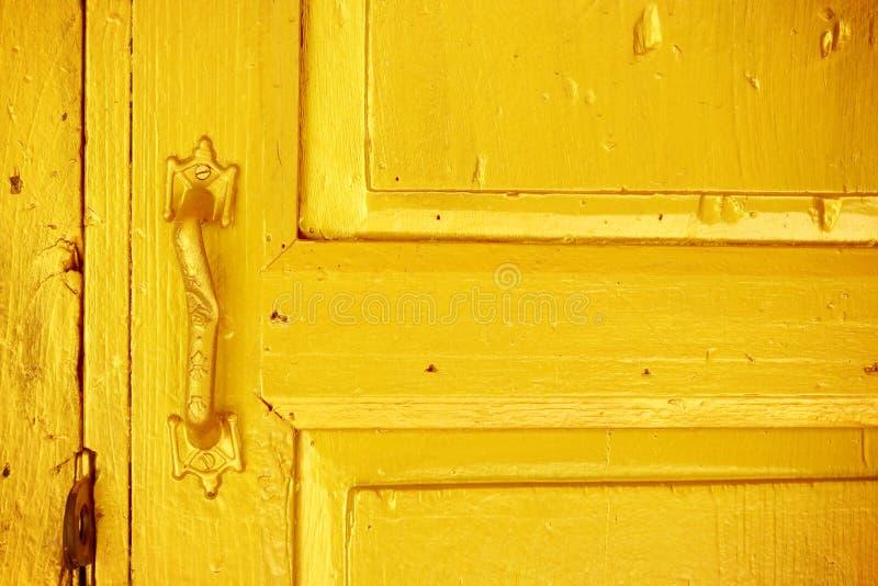Imagen del vintage del tirador de puerta de oro antiguo en una puerta de madera fotos de archivo