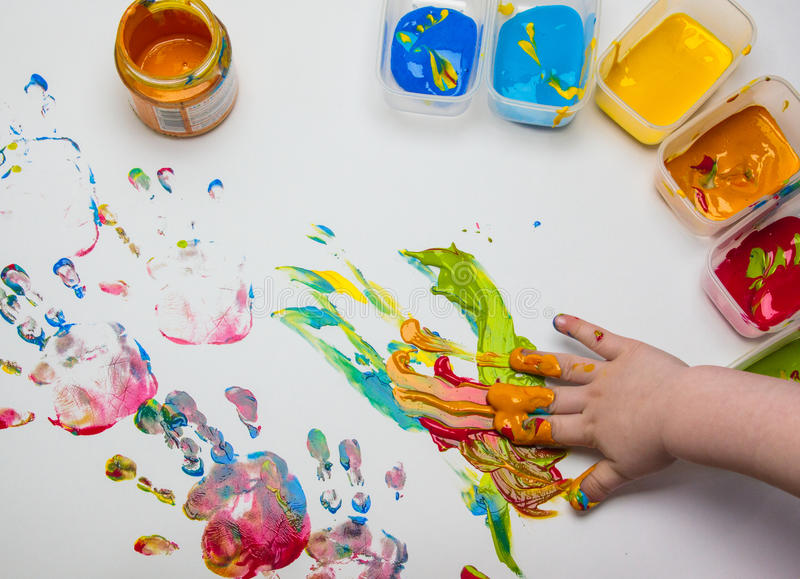 Imagen dibujada por la palma de un niño foto de archivo