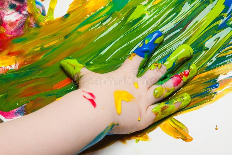 Imagen dibujada por la palma de un niño imagen de archivo