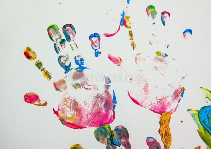 Imagen dibujada por la palma de un niño imagenes de archivo