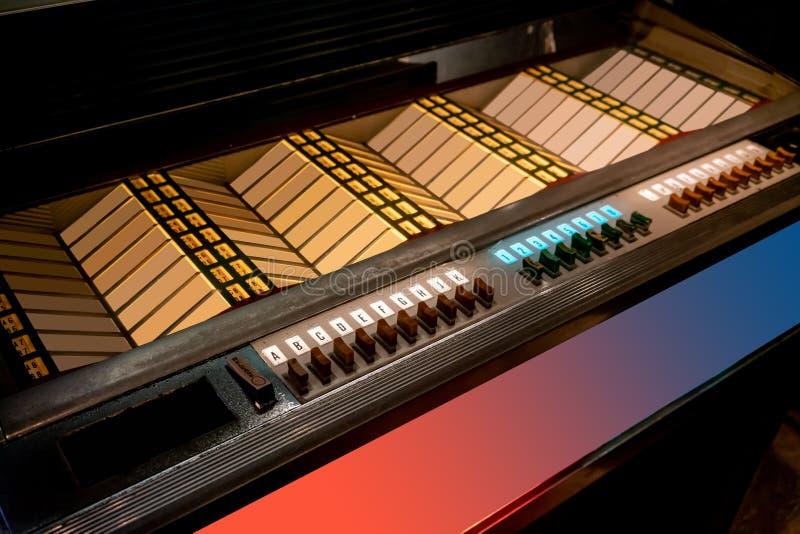 Imagen diseñada retra de una máquina tocadiscos vieja con las etiquetas vacías imágenes de archivo libres de regalías