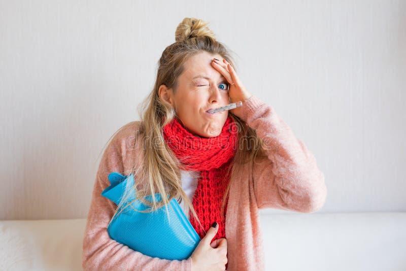 Imagen divertida de la temperatura de medición de la mujer enferma con el termómetro en su boca fotos de archivo libres de regalías