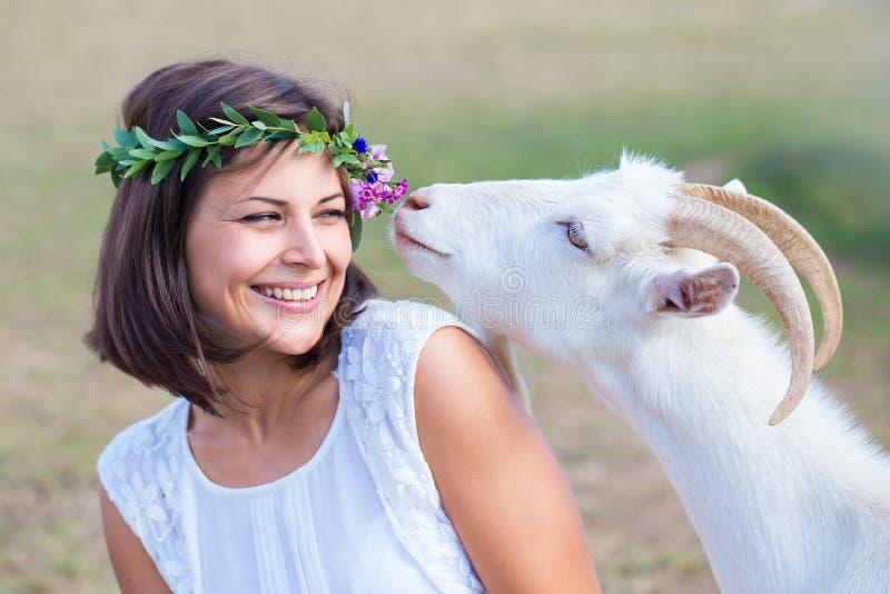 Imagen divertida un granjero hermoso de la chica joven con una guirnalda en ella fotos de archivo libres de regalías