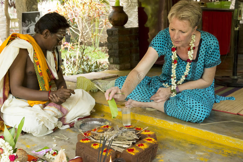 Imagen documental editorial Puja Thila Homa en la India imagenes de archivo