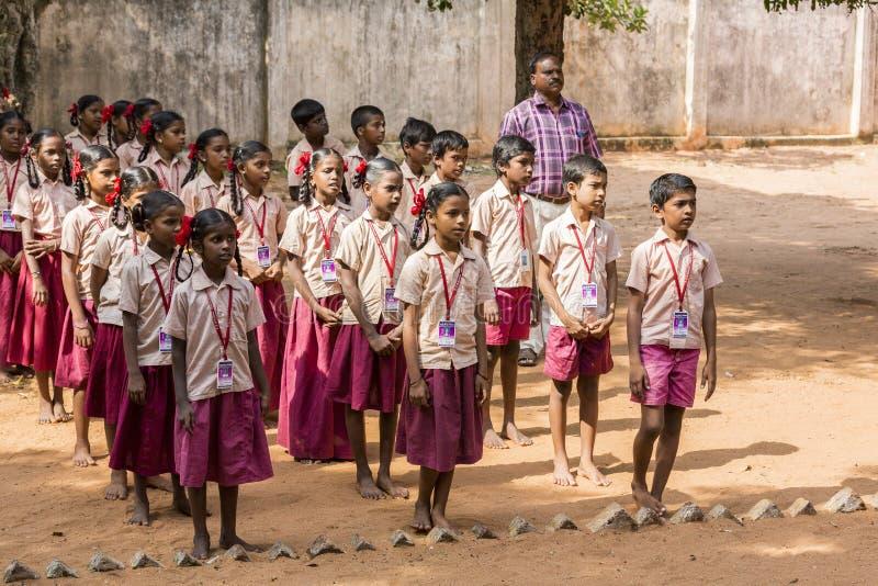 Imagen editorial documental Desfile de la escuela del lunes por la mañana en la India, con los estudiantes con los uniformes fotografía de archivo