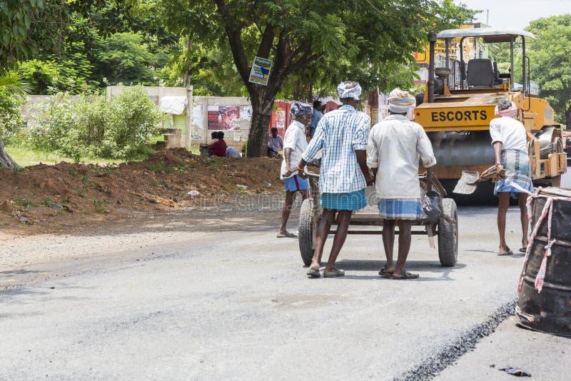 Imagen editorial documental Trabajadores no identificados en una construcción de carreteras, una industria y un trabajo en equipo foto de archivo libre de regalías