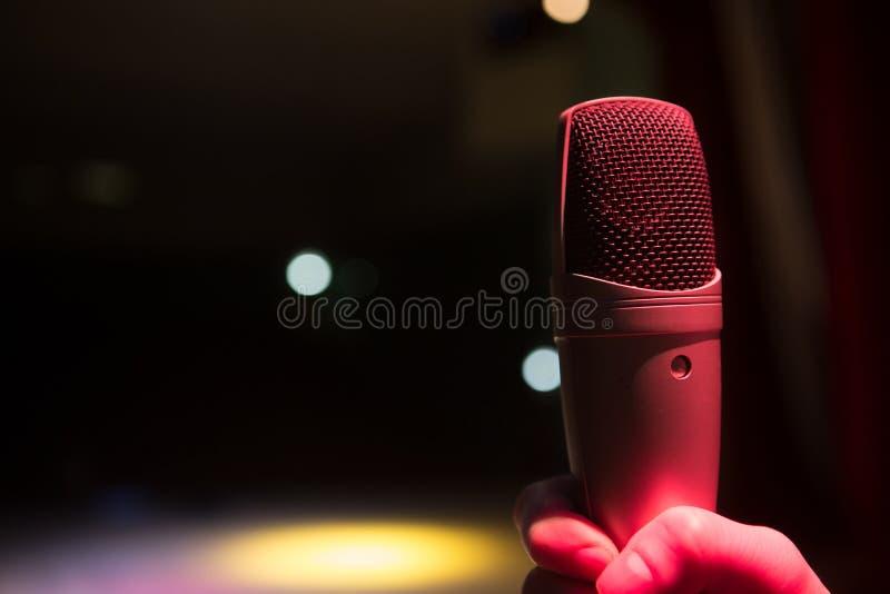 Imagen el cierre para arriba del micrófono en sala de conciertos fotos de archivo libres de regalías