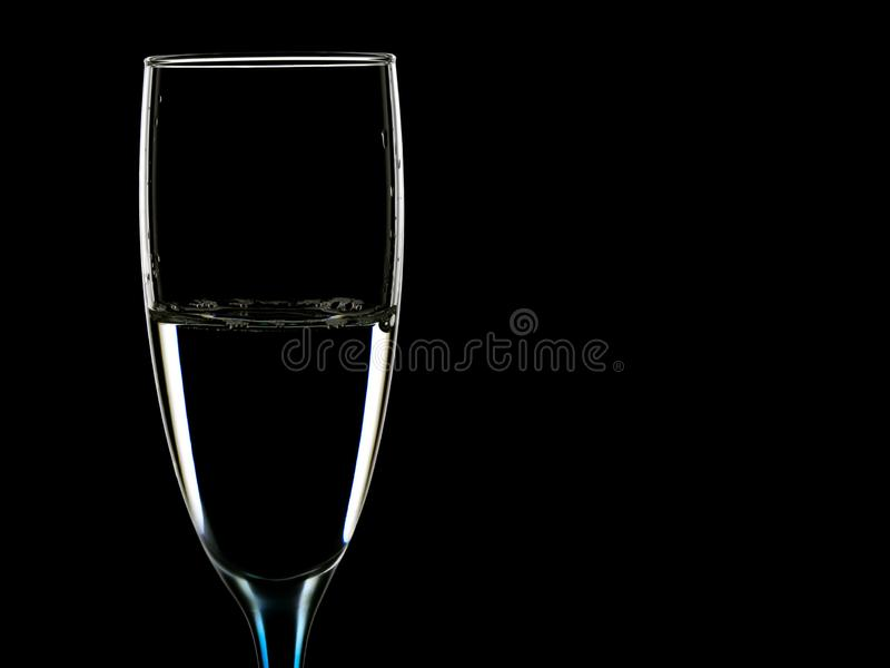 Imagen elegante de vidrios con agua clara foto de archivo libre de regalías