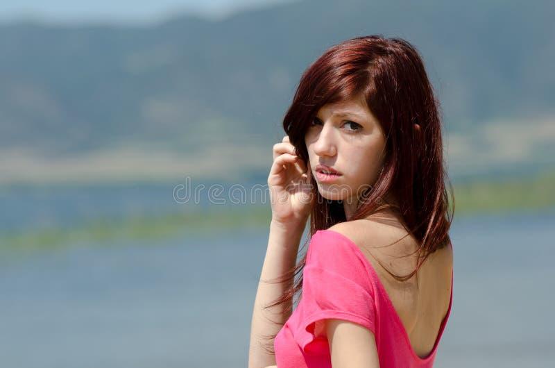 Imagen emocional de una señora linda cerca de un lago fotografía de archivo libre de regalías