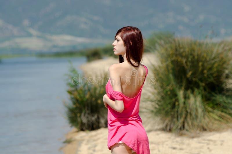 Imagen emocional de una señora linda cerca de un lago fotografía de archivo