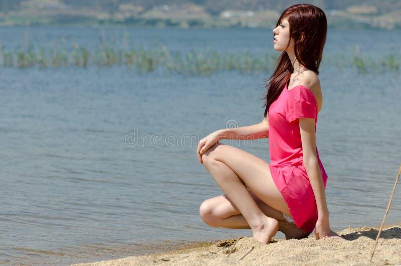 Imagen emocional de una señora linda por un lago imagenes de archivo