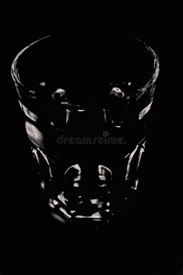 Imagen en blanco y negro marcada, el negro del fondo es golpeado por pequeñas manchas blancas que muestran un cristal imágenes de archivo libres de regalías