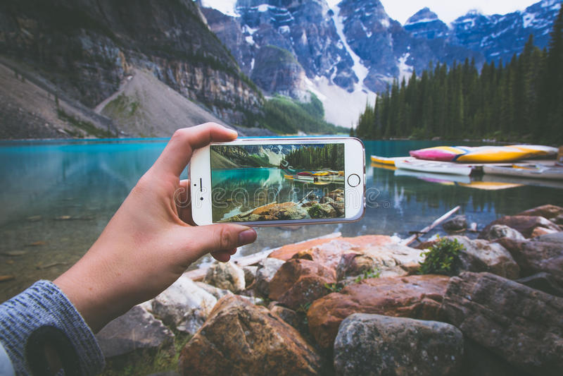 Imagen en el teléfono de la montaña foto de archivo
