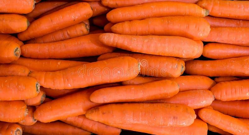 Imagen en la pila de zanahorias anaranjadas en el mercado Pila de zanahoria de los grandes almacenes imagen de archivo