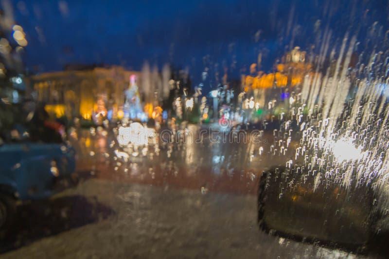 Imagen enfocada del De de la lluvia que baja en el camino, mirando hacia fuera la ventana fotos de archivo libres de regalías