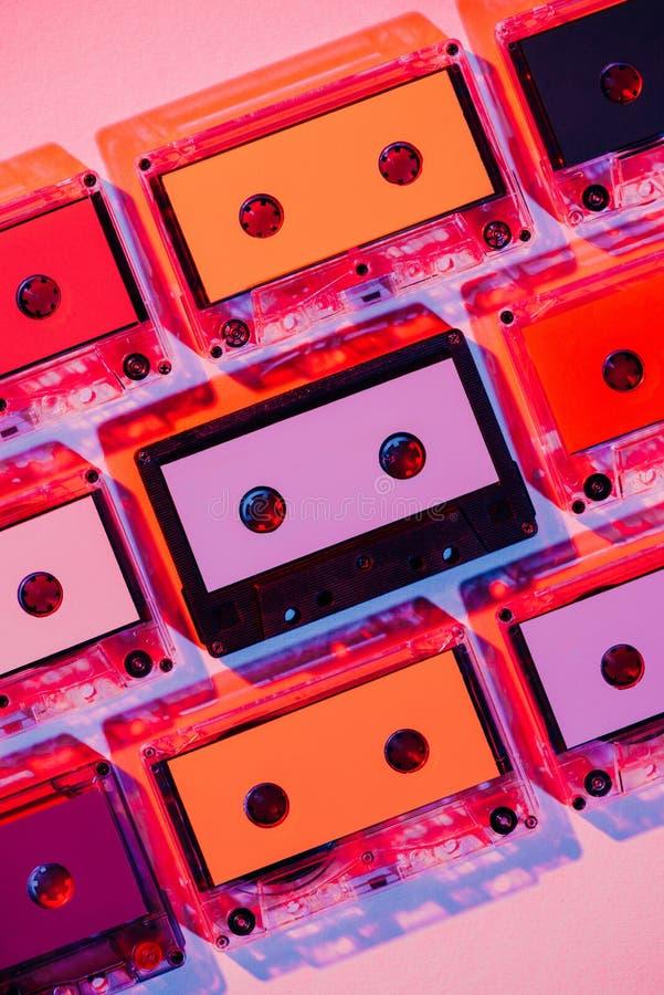 imagen entonada de casetes audios retros coloridos imagen de archivo