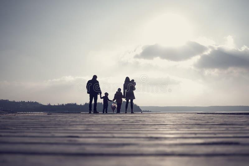 Imagen entonada retra de la familia con la madre, el padre, dos niños y a foto de archivo