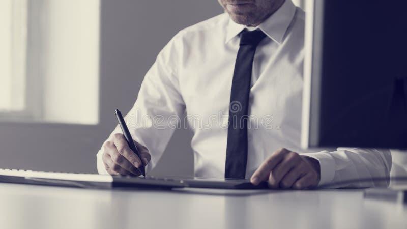 Imagen entonada retra del diseñador gráfico o del ilustrador que usa una etiqueta fotografía de archivo