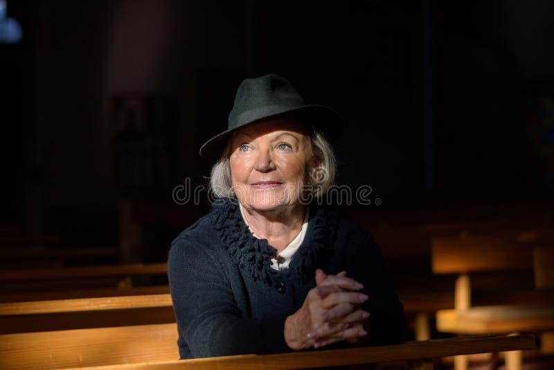 Imagen espiritual de una señora mayor en el luto fotografía de archivo